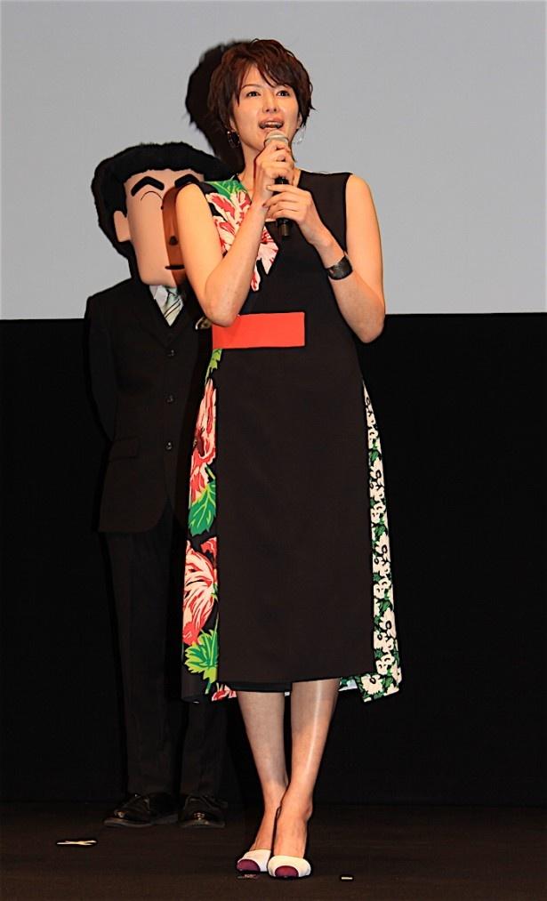 【写真を見る】吉瀬美智子、美しさで会場を魅了!肩を出したワンピース姿で登場した