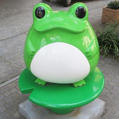 ガシャポンでよく見かけるフロッグスタイルのカエル(「バンダイ本社ビル」)