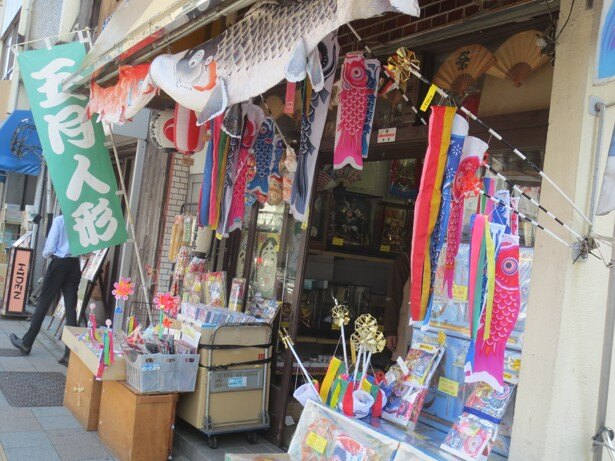 五月人形などを売っている問屋さん。浅草橋駅近くには、CMでおなじみの「人形の久月」の本店も
