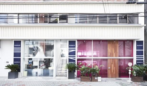 「MIRROR」のビルにある「リバーサイドカフェ シエロイリオ」の入り口