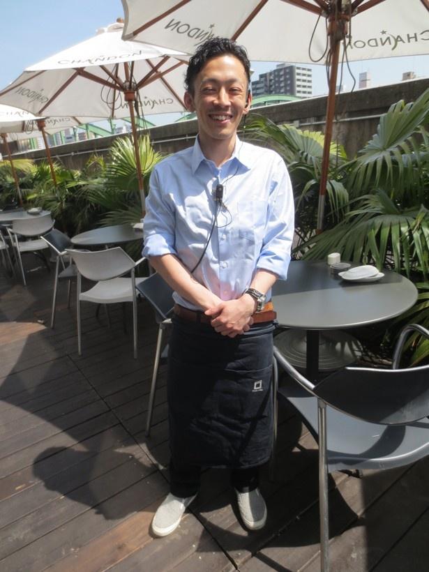 「日替わりランチのハンバーグが人気です」と語る、「MIRROR」の「リバーサイドカフェ シエロイリオ」のスタッフ・小峰聡史さん