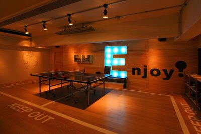 「MIRROR」の4Fにある「リバヨン」では卓球も楽しめる