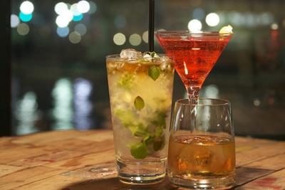 「MIRROR」の「リバヨン」では、ウイスキーやリキュールが100種以上あり、好みに合わせたカクテルを作ってくれる