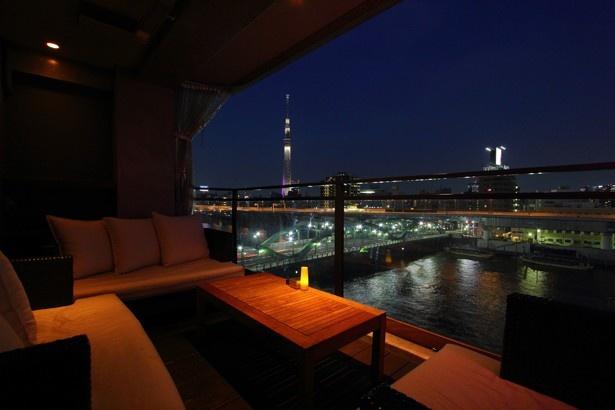 「MIRROR」の7Fにあるバー「プリバード」。隅田川や東京スカイツリーなどの夜景が見られ、デートや接待に最適