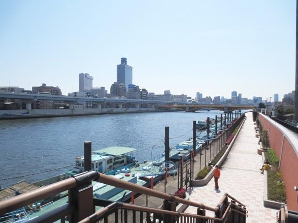 「隅田川」沿いの整備された歩道はレンガ造り。手前には波止場がある