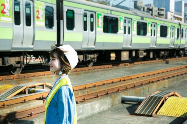 マイナンバー公式キャラクター、マイナちゃんの広告ラッピングが施された山手線