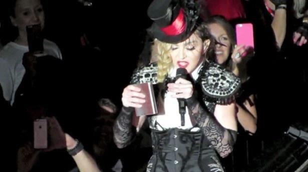 【写真を見る】ステージ上で酒を飲むマドンナ