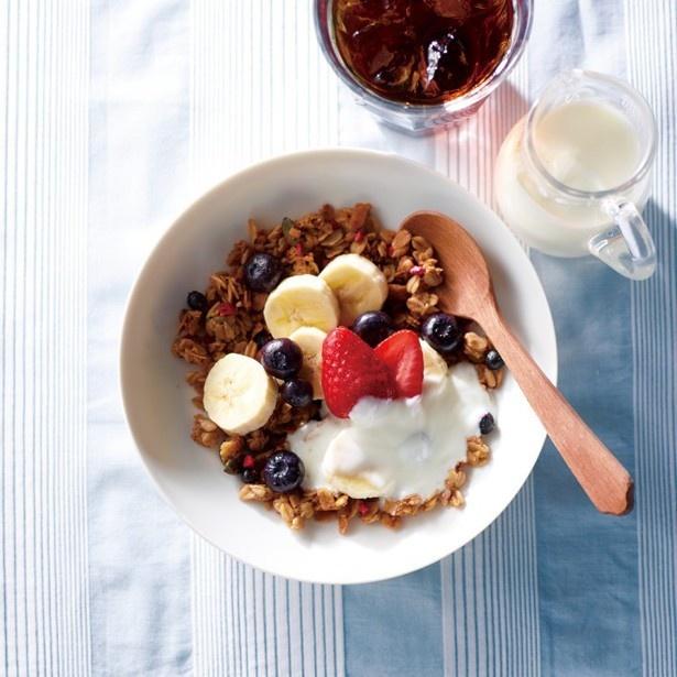 「グラノーラ」(480円~)は、トッピングにイチゴ、ブルーベリー、バナナを使用しヨーグルトをかけて食べる朝の新定番