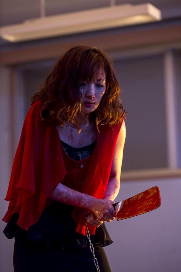 武田は女を武器に生き延びようとするキャバクラ嬢のアカネを演じた