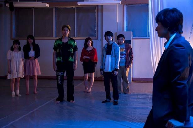 【写真を見る】ユキトシ(秋山真太郎=右端)が蠱毒(こどく)について話すと、7人の中に恐怖が押し寄せる