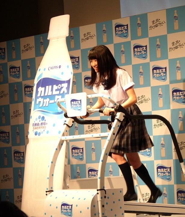 【写真を見る】新CM会見会場でランニングマシンを使って疾走する永野芽郁