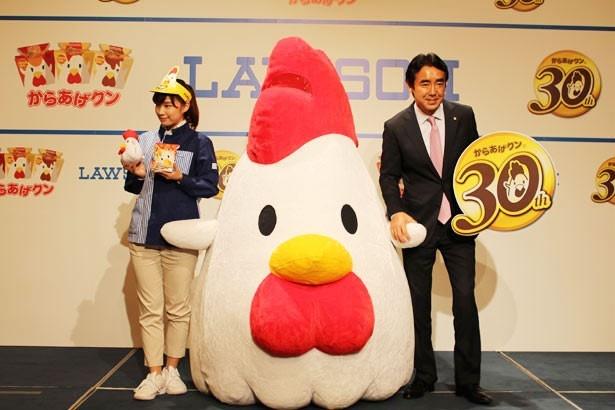 記者会見に出席した、ローソン 代表取締役 副社長の竹増貞信氏(写真右)