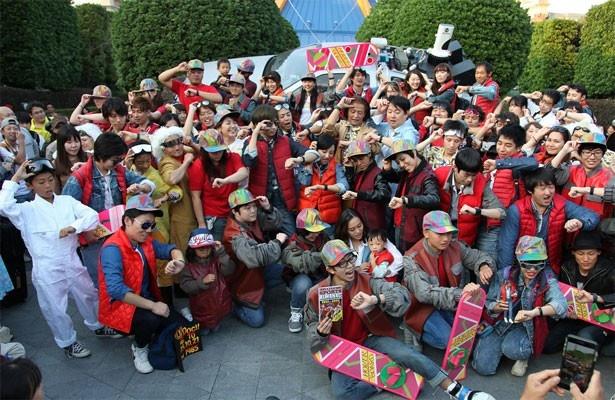 【写真を見る】劇中でタイムトラベルした未来(2015年10月21日)の時刻には、300人のファンがアトラクション前に集結(画像提供:ユニバーサル・スタジオ・ジャパン)
