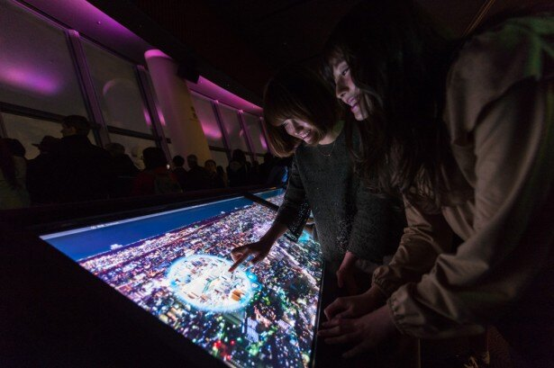 タッチスクリーン式の「東京時空ナビ」では、昼間の風景や、その場所の詳細情報も見ることができる