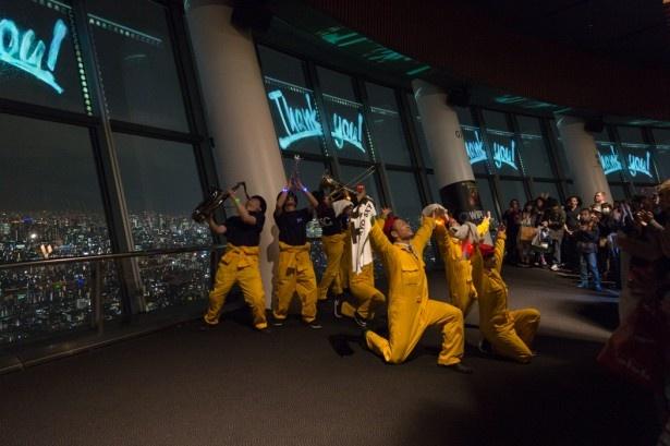 ダンスとバンドに加え、窓ガラスのプロジェクションマッピングが完全にシンクロしたショーは15分ほどで終了