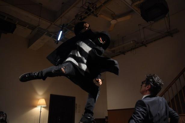 「ナイトヒーロー NAOTO」で悪者に正義の鉄ついを下すNAOTO