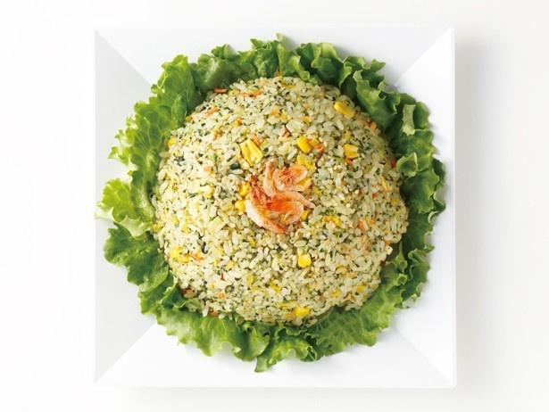 野菜たっぷり加えた、花畑のような炒飯。聘珍樓デリの「旬の緑野菜の翡翠炒飯」(864円)