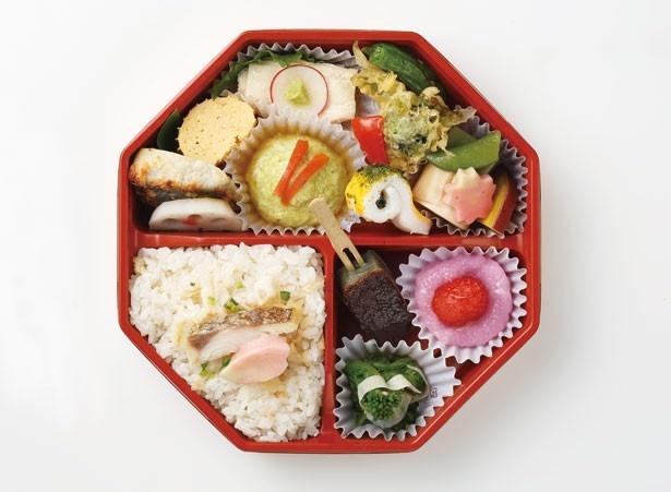 鯛ご飯に、豆乳だし巻きや鰆西京焼きなどのおかずを詰めた、北の麩本舗の「春菜弁当」(990円)