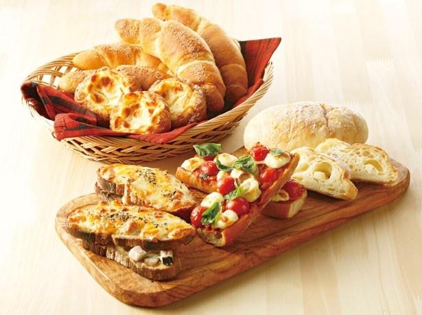 4月12日(火)までドレモルタオの人気パン5種が登場。手前左から「農家のベーコンのクロックムッシュ」(298円)、「タルティーヌ」(259円)、「FULLミルクフロマージュ」(432円)など