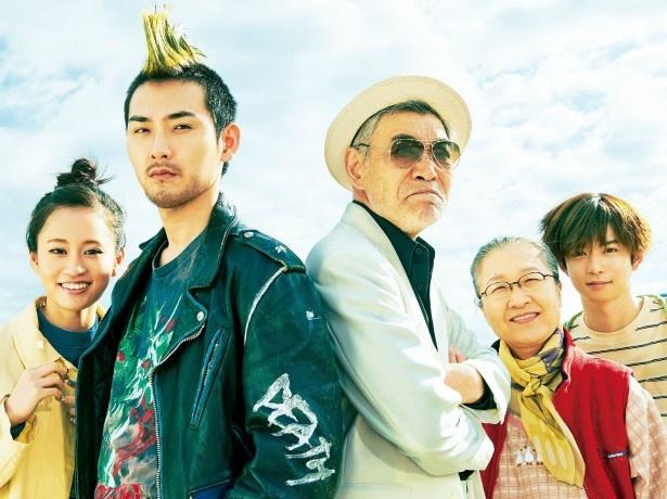 【写真を見る】モヒカン頭の松田龍平ら家族5人の劇中写真はこちら