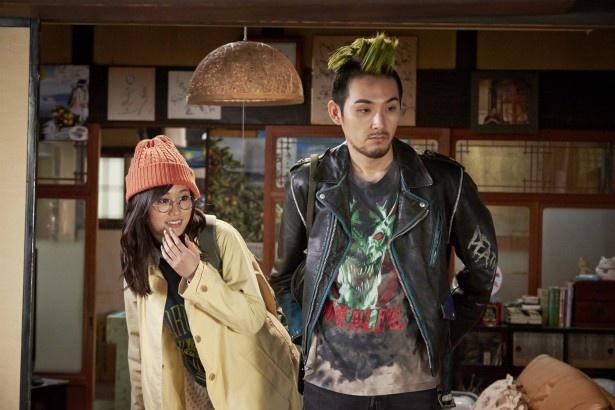 【写真を見る】モヒカン頭の松田龍平と恋人役の前田敦子の共演シーン