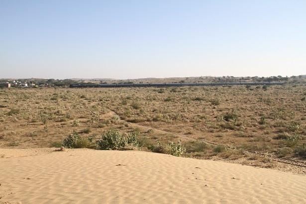 広大なタール砂漠を走る列車