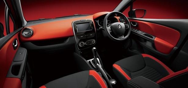 【写真を見る】大胆な配色がなされたルーテシア・インテンスの車内