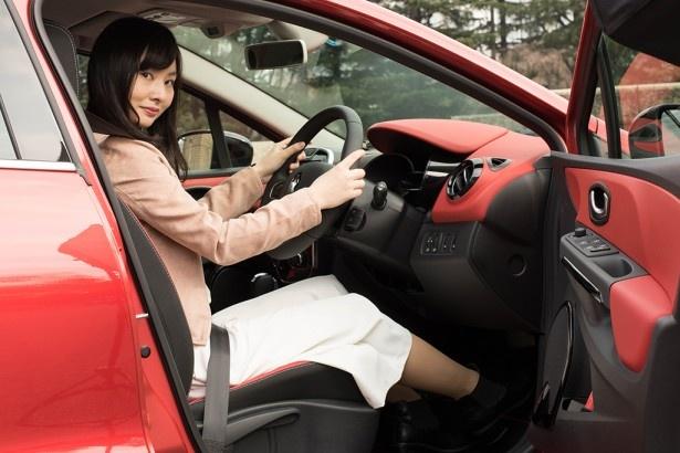 ドライバーズシートおよび助手席は広々。大胆なインテリアも美しい
