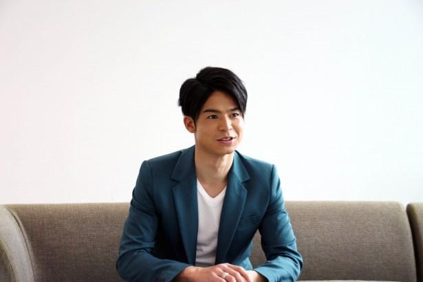 菅谷哲也は、自身が演じた小池について「非常に振り切れた人物。ここまでの役は初めて」と解説