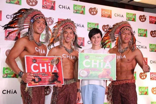 ホラン千秋がイケメンマッチョの「アステカ3」と共に、「しぜん食感 CHiA」をPR!