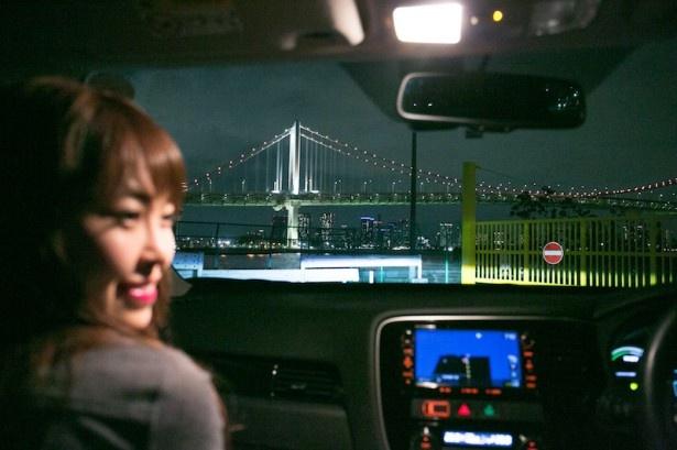 車の窓越しに夜景を楽しめるのもドライブの醍醐味