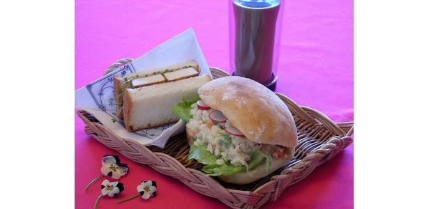 野菜と厚揚げの照焼きサンド(写真左)と、ポテトサラダ〜豆腐マヨネーズ〜(写真右、本誌で紹介!)