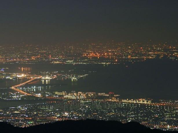 六甲山から望む大阪湾の夜景は日本屈指