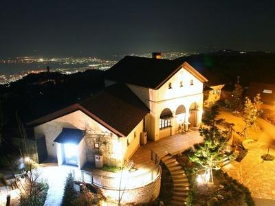 【写真を見る】六甲ガーデンテラスと神戸の夜景