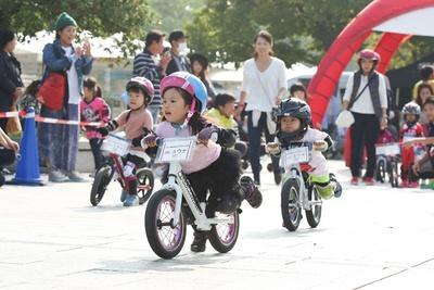 「ランニングバイク」の大会も同時開催。子供たちの白熱のレースを応援しよう!