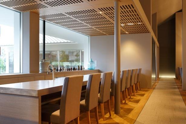 カウンター席のテーブルは、江戸・明治時代に建てられた以前の建物の壁を再移用