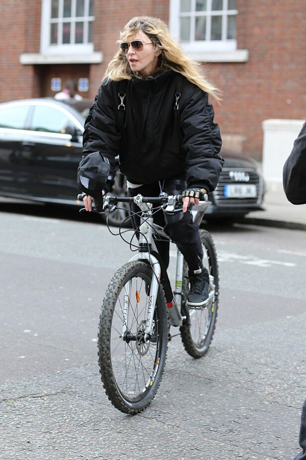 ロンドンで自転車に乗るマドンナ