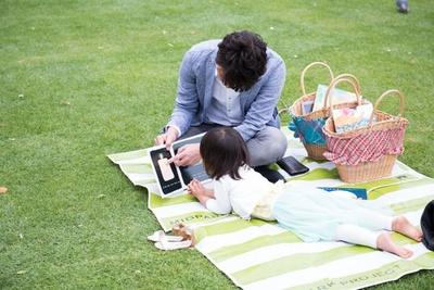 「Kindle ミッドパーク ライブラリー」では、芝生に寝転びながら読書ができる