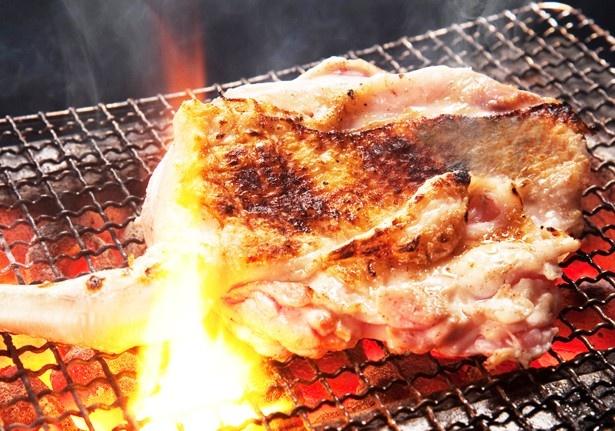 鶏の脂がほとばしる豪快な「骨付きもも焼き」(734円)