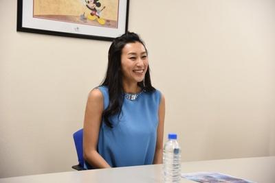 【写真を見る】「ディズニー・オン・アイス」の魅力をキラキラの笑顔で語る浅田舞