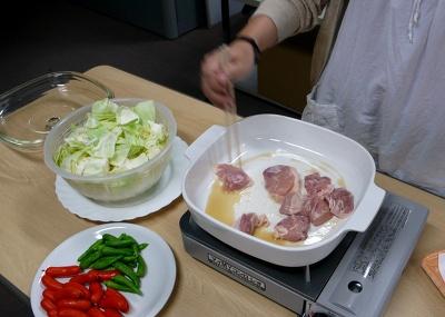 具材の鶏肉ははじめにゴマ油(サラダ油でもOK)で表面がカリッとなるまで炒めておく! これが香ばしさを呼ぶ