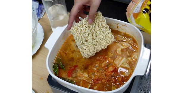 これがまたうまいっ! 残ったスープを使ったシメとして即席麺を投入。ご飯を入れておじやにしても、うんまそー!!