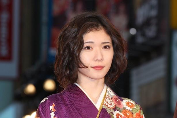 【写真を見る】松岡茉優、広瀬すずと手を繋ぎ仲良しっぷりをアピール