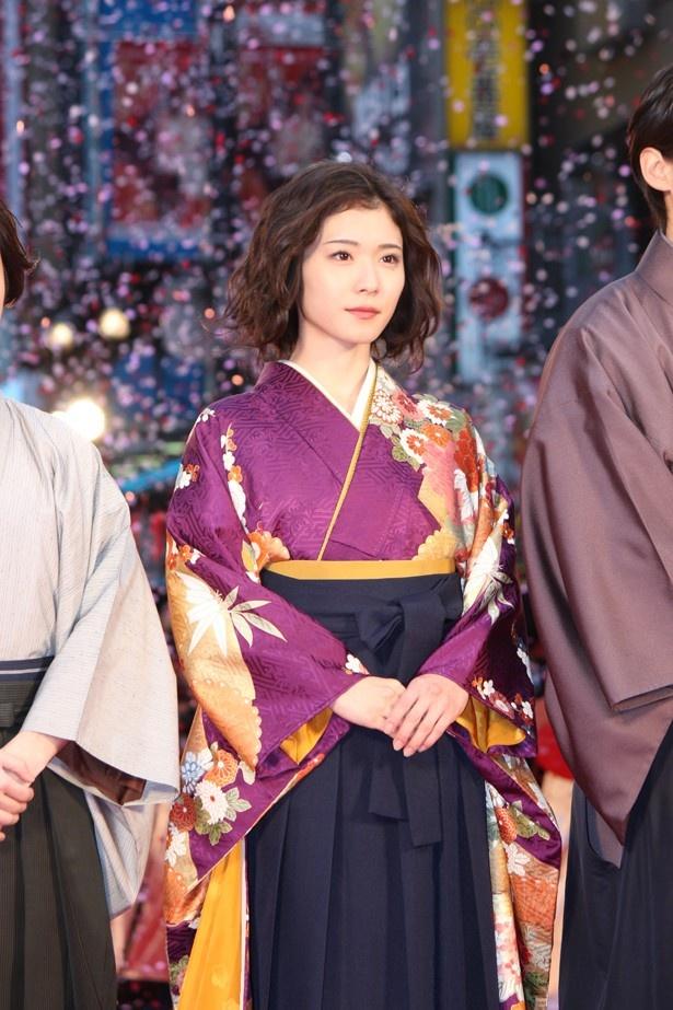 女王の品格漂う紫の袴で登場した松岡茉優
