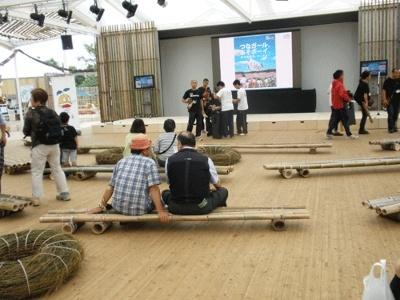 ステージを見るためのベンチも竹製