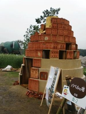 丘の広場より、バベルの塔。みんなで作ろう!(8/17(月)まで開催)