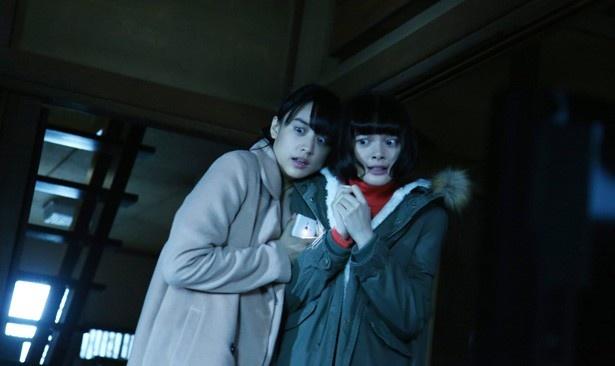 【写真を見る】貞子と伽椰子に挟まれ絶叫&怯え顔を披露している山本美月と玉城ティナ