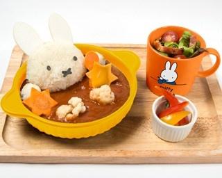 「ミッフィーのトマトチキンカレー」(マグカップ付き・税抜1680円)は、ライスで作ったミッフィーがポイント。サラダ、ピクルス付き