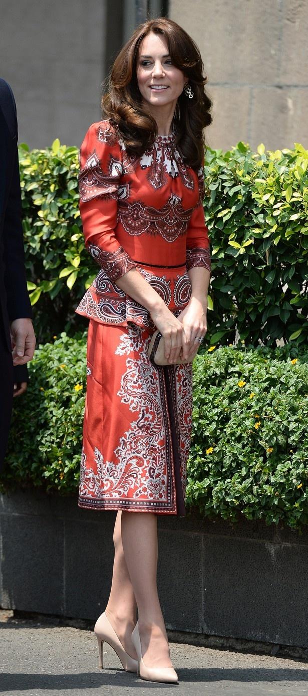【写真を見る】1日目は赤いペイズリーのアレキサンダー・マックイーンのスカートとブラウスで登場。ほか写真はこちら