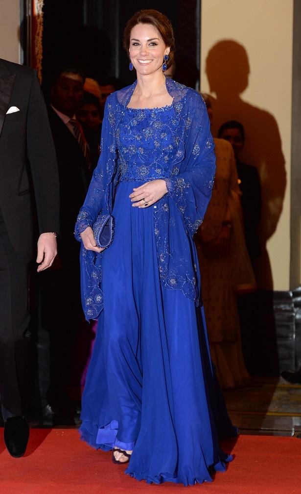 ネイビーブルーのジェニー・パッカムのドレスは推定3500ポンド